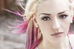 有白肤金发和桃红色头发的美丽的妇女 免版税图库摄影
