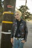 有白肤金发和蓝色头发的低劣的少年 免版税库存图片