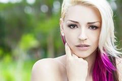 有白肤金发和洋红色桃红色头发的美丽的妇女 免版税库存照片