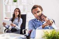 有白肤金发的买卖人办公室介绍妇女 免版税图库摄影