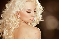 有白肤金发的卷发的秀丽女孩。时尚艺术妇女画象 免版税图库摄影