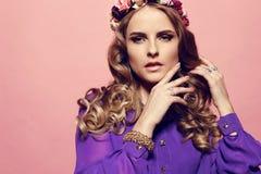 有白肤金发的卷发的美丽的少妇,佩带典雅的衣裳和珠宝, 库存图片