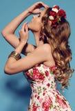 有白肤金发的卷发的美丽的少妇,佩带典雅的衣裳和珠宝, 库存照片