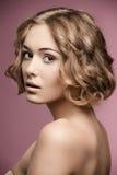 有白肤金发的卷曲理发的女孩 免版税库存图片