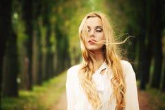 有白肤金发的有风头发的美丽的女孩 户外秋天 图库摄影