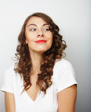 有白肤金发的长的头发的美丽的妇女在卷曲发型 免版税图库摄影
