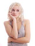 有白肤金发的dreadlocks的哀伤的妇女 免版税库存图片