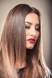 有白肤金发的ombre头发的性感的妇女 库存图片