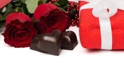 有白色丝带、英国兰开斯特家族族徽和糖果的红色当前箱子 免版税库存图片