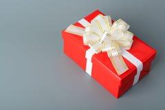有白色丝带和弓的红色礼物盒 库存图片