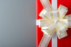 有白色丝带和弓的红色礼物盒 免版税库存照片