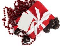 有白色丝带的红色当前在白色的箱子和糖果 免版税库存图片