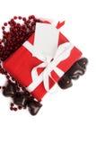 有白色丝带的红色当前在白色的箱子和糖果 免版税库存照片