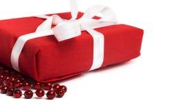 有白色丝带的红色当前箱子在白色 免版税图库摄影