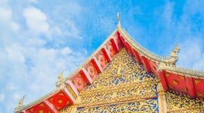 有白色云彩和蓝天的古庙 库存照片