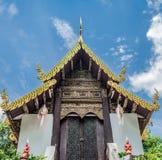 有白色云彩的泰国寺庙 库存照片