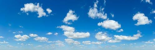 有白色云彩的蓝天全景 免版税库存图片