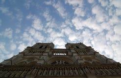 有白色云彩的巴黎圣母院 免版税库存图片