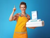 有白色亚麻布和粉末洗涤剂的妇女有在蓝色的想法 库存图片