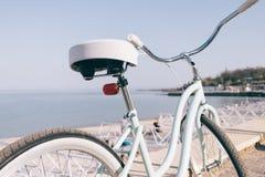 有白色位子的蓝色葡萄酒自行车在se的背景 免版税库存照片