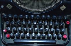 有白色信件的老黑控制台打字机键盘 免版税图库摄影