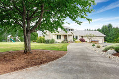 有白色修剪的大米黄房子和保管妥当的草坪 库存照片