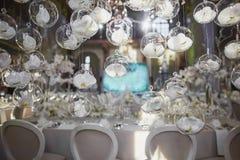 有白色兰花的植物布置的结婚宴会 免版税库存照片
