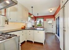 有白色内阁、花岗岩桌面和硬木地板的经典厨房室 库存照片