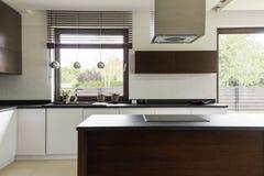 有白色内阁的现代厨房 图库摄影