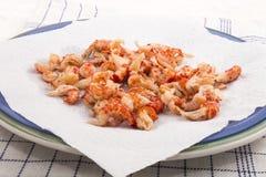 有白色厨房纸的被清洗的和煮熟的小龙虾尾巴在a 库存图片