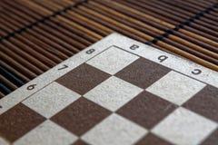 有白色和棕色细胞的磁性木空的棋枰 库存图片
