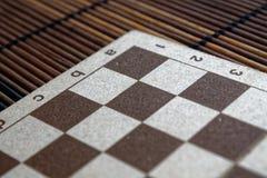 有白色和棕色细胞的磁性木空的棋枰 免版税图库摄影