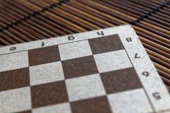 有白色和棕色细胞的磁性木空的棋枰 免版税库存图片