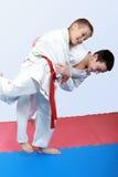 有白色和红色框格的运动员做柔道摔 库存照片