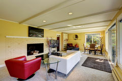 有白色和红色沙发的现代客厅 免版税库存图片