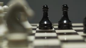 有白色和黑棋子的棋盘 在一次紧张的比赛期间,对手采取典当 r 股票录像