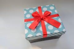 有白色圆点的浅兰的礼物盒 免版税库存照片