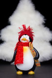 有白色圣诞节树的企鹅小雕象在黑色 库存图片