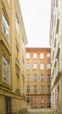 有白色天空的狭窄的街道 库存照片