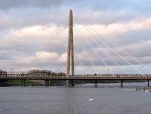有白色天鹅的海洋方式桥梁在southport 免版税库存照片