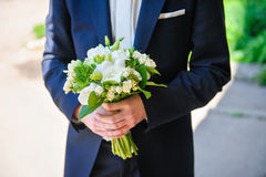 有白色婚礼花束的新娘  库存照片