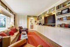 有白色存贮组合和电视的客厅 免版税库存照片