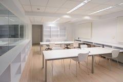 有白色家具的现代办公室 免版税库存照片