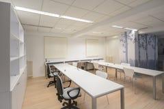 有白色家具的现代办公室 库存照片