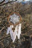 有白色小垫布的手工制造梦想俘获器在branche背景  库存照片