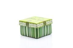 有白色小条的一个绿色礼物盒 免版税库存图片