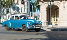 有白色屋顶的美国蓝色薛佛列经典汽车在哈瓦那市古巴- Serie古巴报告文学的大街上drived 库存照片