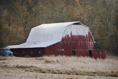 有白色屋顶的老红色谷仓在农村印第安纳 免版税图库摄影