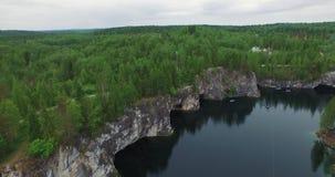 有白色峭壁陡峭的林业银行的空中湖镜子 股票录像
