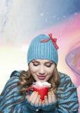 有白色帽子和围巾的女孩在毛线衣冬时concelt 图库摄影